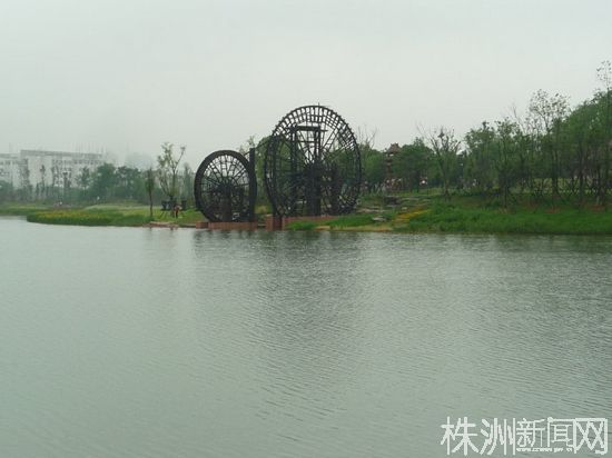 神农大道核心段紧挨神农湖畔