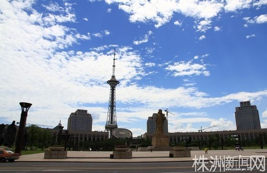 炎帝广场。枫叶与炎帝景观相匹配
